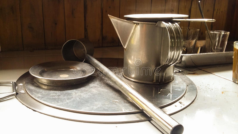 Alte Schule-Tradituonwl-Kaffee, der Werkzeuge herstellt stockbild