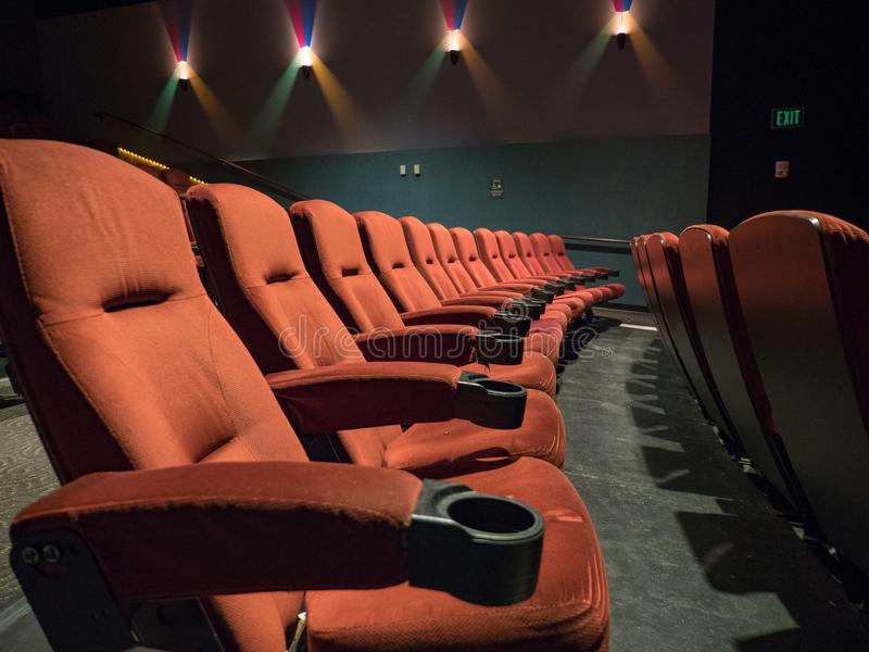 Alte Schulleeres Kino mit orange Sitzen lizenzfreie stockfotos