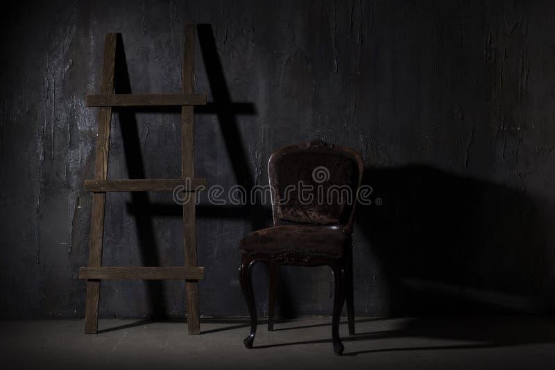Alte schwarze Wand Hölzernes Treppenhaus des Schmutzbeschaffenheits-Hintergrundes in einem Dunkelkammerschatten stockfotografie