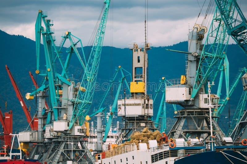 Alte schwere Ladekräne Jib In Port Dock stockbild