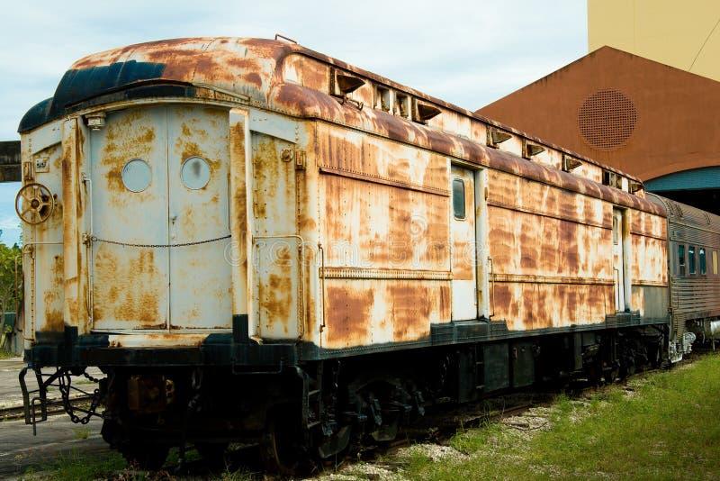 Altes rostiges Schienenfahrzeug stockbilder