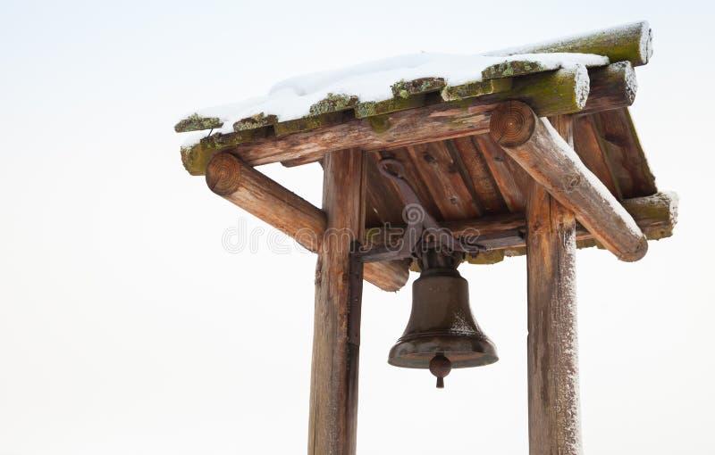 Alte Signalglocke auf Holzrahmen stockbild