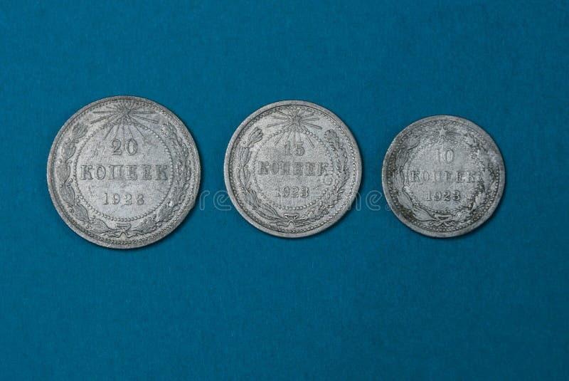 alte silberne sowjetische Münzen, die auf einer blauen Tabelle liegen lizenzfreies stockfoto