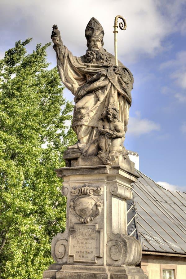 Alte Skulptur auf Charles Bridge. Prag. Gesegnetes St. Aug stockfotografie