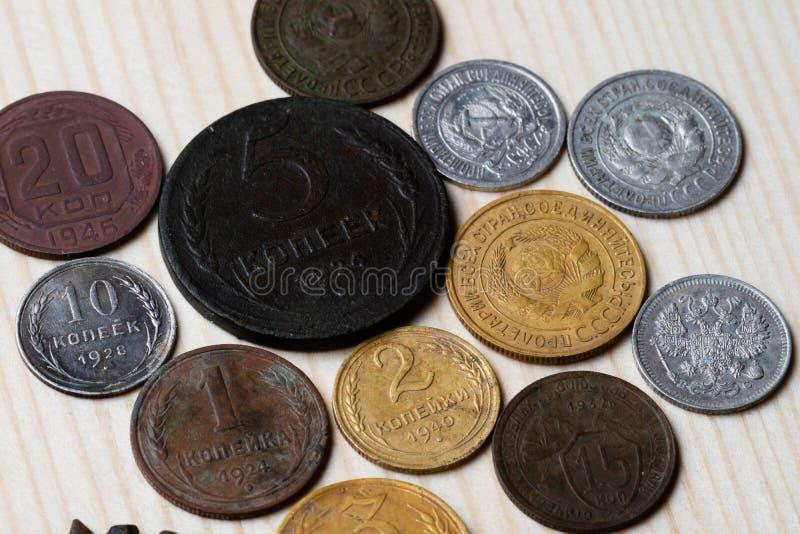 Alte sowjetische Münzen des 20. Jahrhunderts auf einem Holztisch lizenzfreie stockfotografie