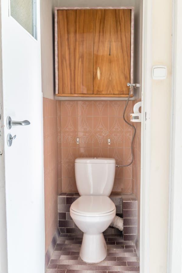 Alte Spültoilette der Nahaufnahme im Haus, altes Entwurf WC lizenzfreies stockfoto