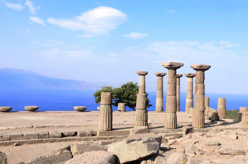 Alte Spalten von Athena Temple, Assos, Canakkale, die Türkei lizenzfreies stockfoto
