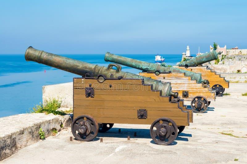 Alte spanische Kanonen in Havana stockbilder