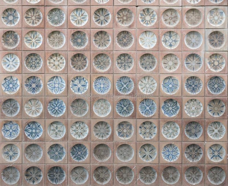 Alte spanische Keramikfliesen mit den Mustern, stellend auf dem Gebäude gegenüber stockbilder
