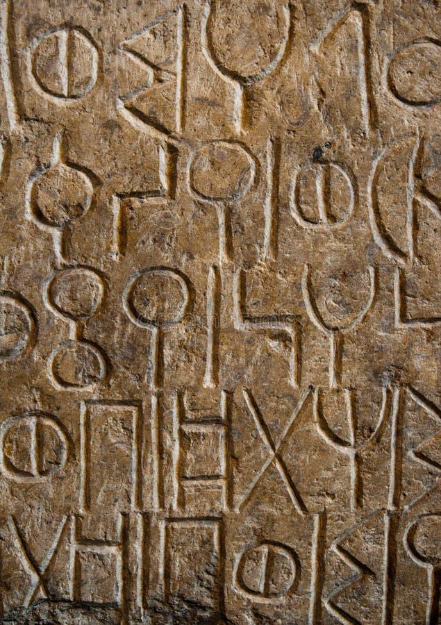 Alte Sprache geschnitzt im Stein stockfotografie