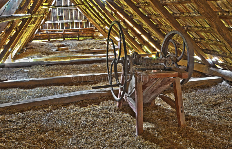 Alte Spreumaschine auf dem Billet des Dorfhauses stockfotografie