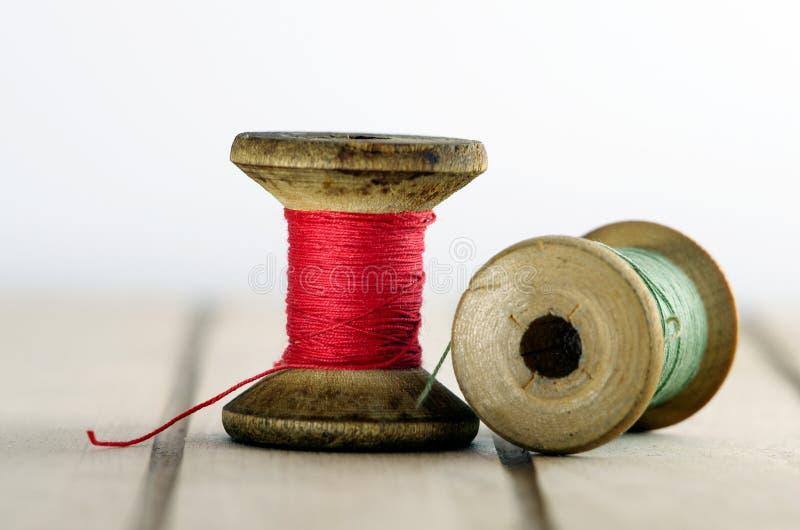 Alte Spule des Threads mit Nadelnahaufnahme lizenzfreies stockbild