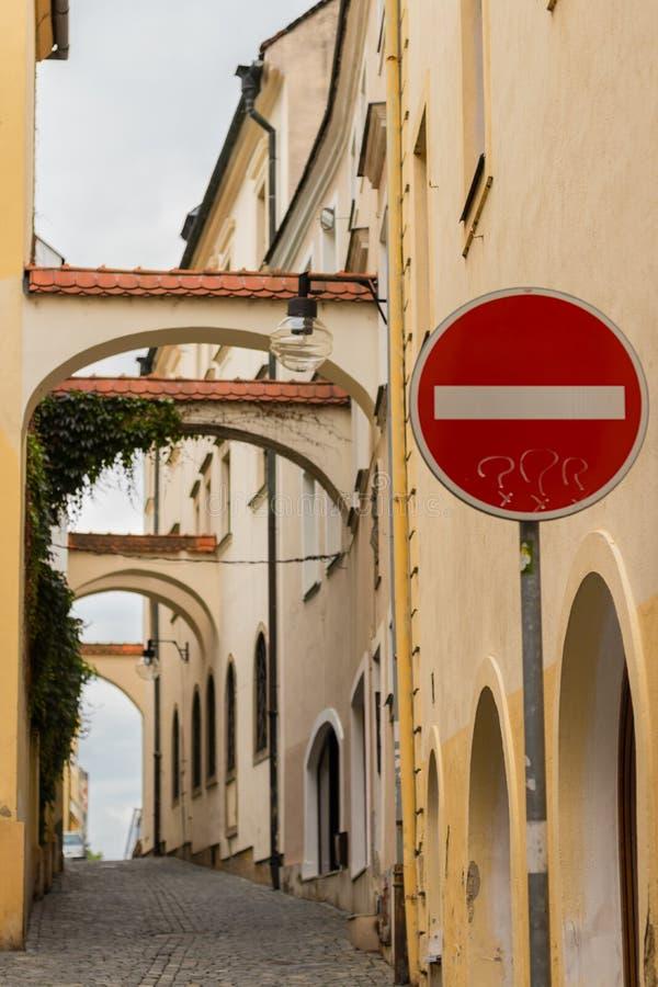 Alte Stadt-archs in der mittelalterlichen Stadt von Olomouc Stoppschild mit den Symbolen einer Frage gemalt auf ihm lizenzfreie stockfotos