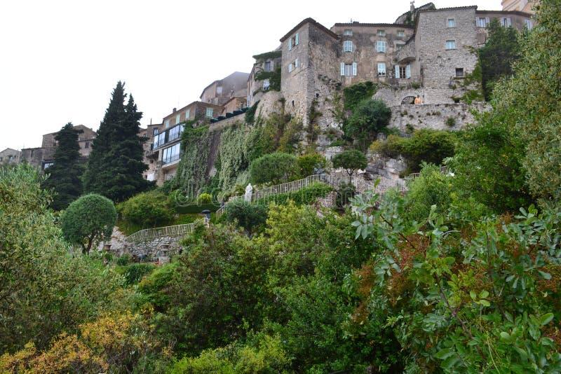 Alte Stadt auf dem Berg in Frankreich lizenzfreie stockbilder