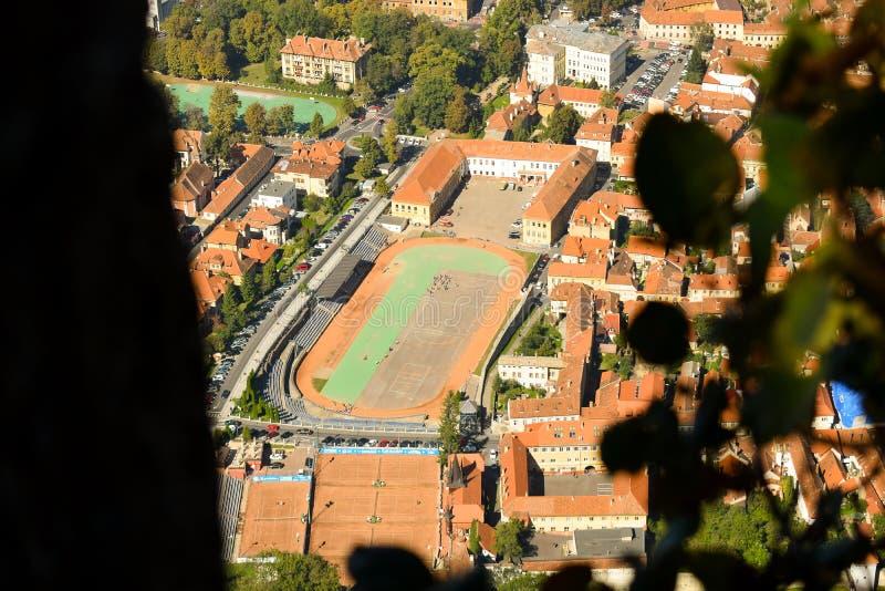 Alte Stadt Brasov und Highschool des Sports Herbstansicht von oben genanntem Tampa-Berg stockfotos
