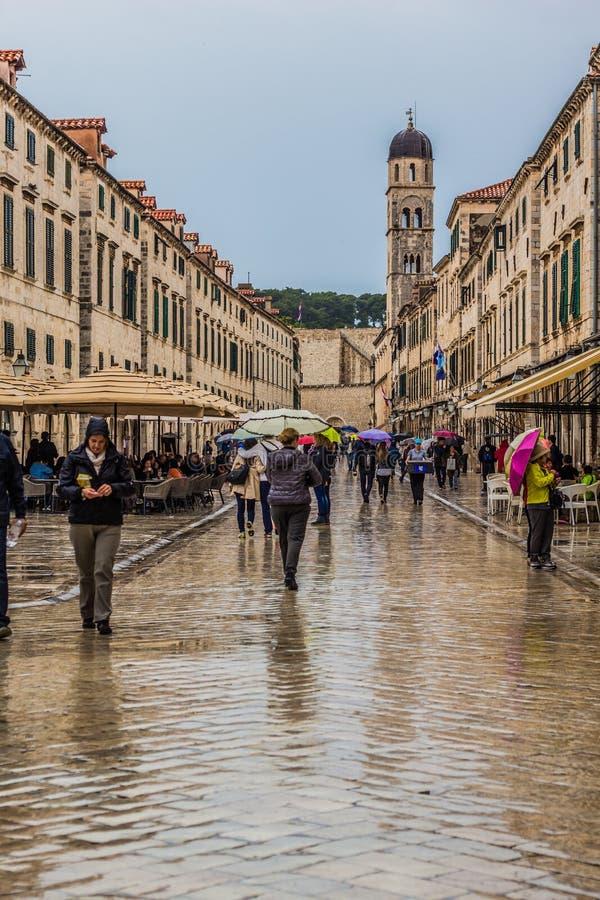 Alte Stadt Dubrovnik mit Leuten stockbild