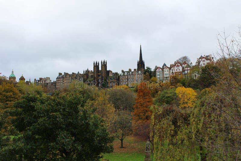 Alte Stadt-Edinburgh-Skyline von Prinzen Street Garden im Herbst lizenzfreie stockfotos