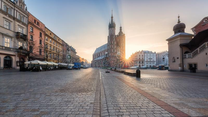 Alte Stadt Krakaus, Marktplatz mit St- Mary` s Kirche bei Sonnenaufgang, historisches Mittelstadtbild, Polen, Europa lizenzfreies stockbild