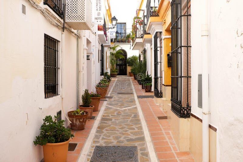 Alte Stadt Marbellas, Andalusien, Spanien - 13. März 2019: traditionelle rehabilitierte Dorfhäuser und schmale Straße lizenzfreies stockbild