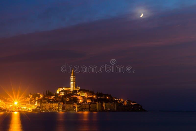 Alte Stadt Rovinj nachts mit Mond auf dem bunten Himmel, adriatische Seeküste von Kroatien, Europa lizenzfreie stockfotografie