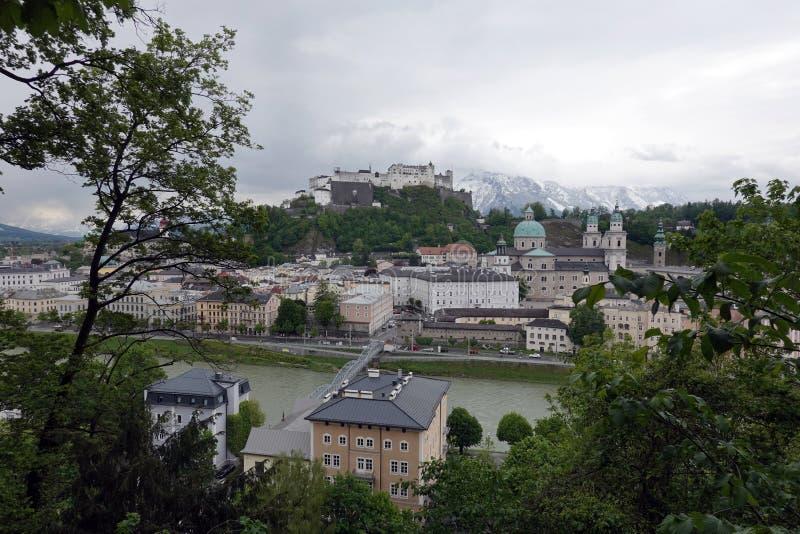 Alte Stadt Sandburg und Hohensalzburg-Festung auf Festungs-Bergblick von Capucin-Berg lizenzfreie stockbilder