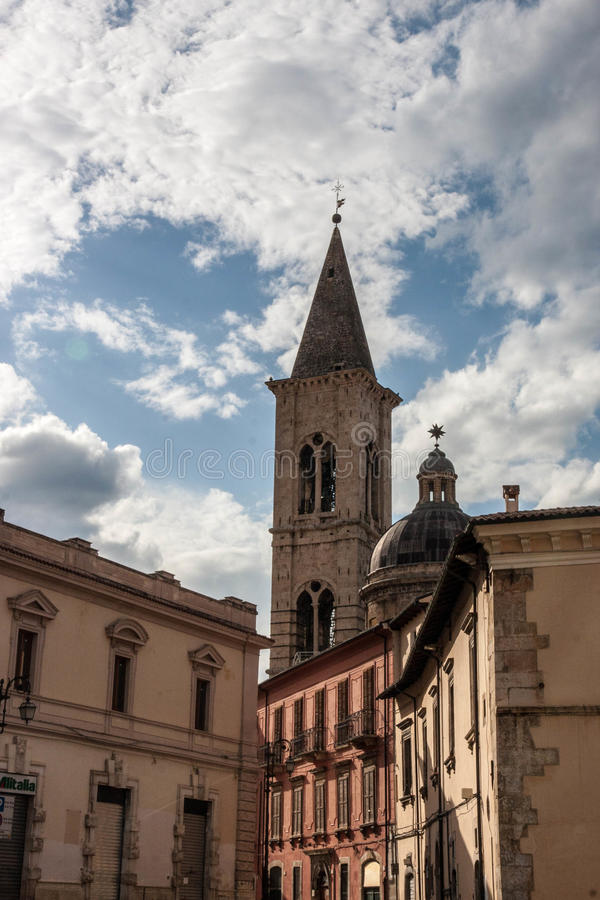 Alte Stadt Sulmoan in der Abruzzo-Gebirgsregion stockbilder
