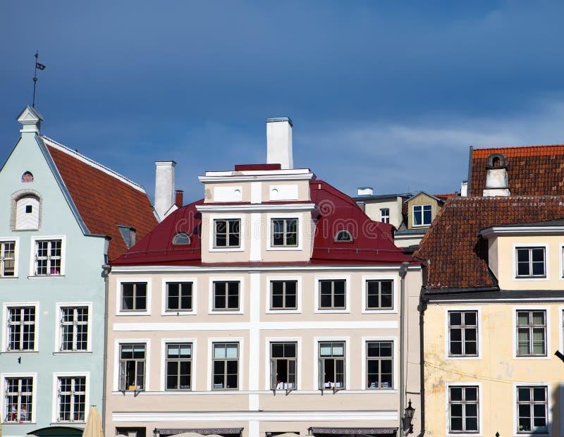 Alte Stadt, Tallinn, Estland Helle Mehrfarbenhäuser auf dem Rathausquadrat lizenzfreies stockbild