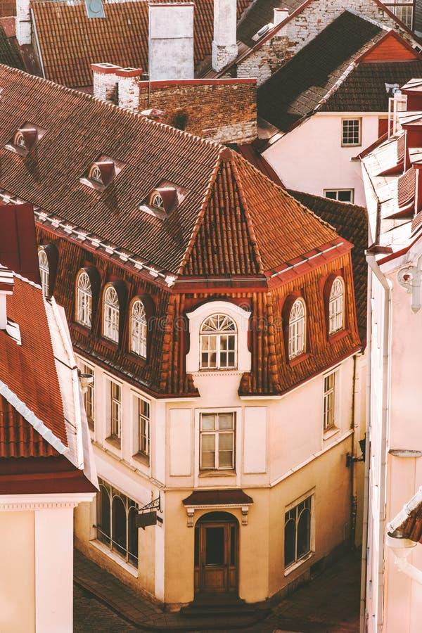 Alte Stadt Tallinns, die traditionelle Architekturvogelperspektive der mit Ziegeln gedeckten Dächer aufbaut stockfoto