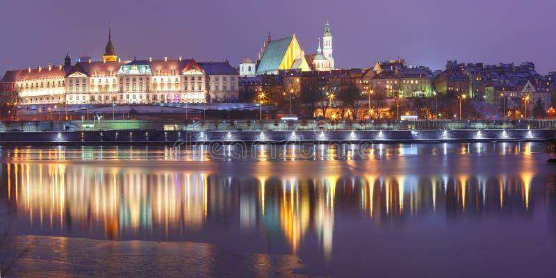 Alte Stadt und Fluss die Weichsel nachts in Warschau, Polen stockfoto