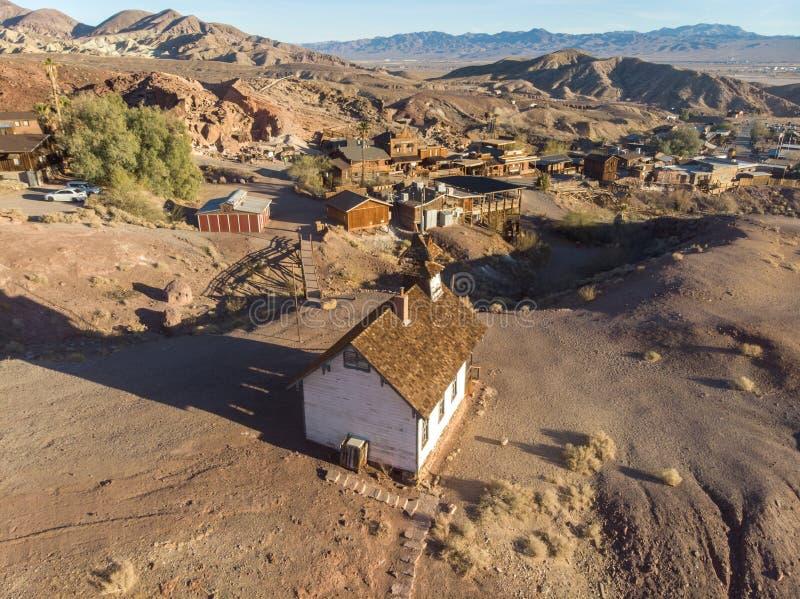 Alte Stadt von Goldschürfern in der sonnigen Wüste Kalikogeisterstadt stockbilder