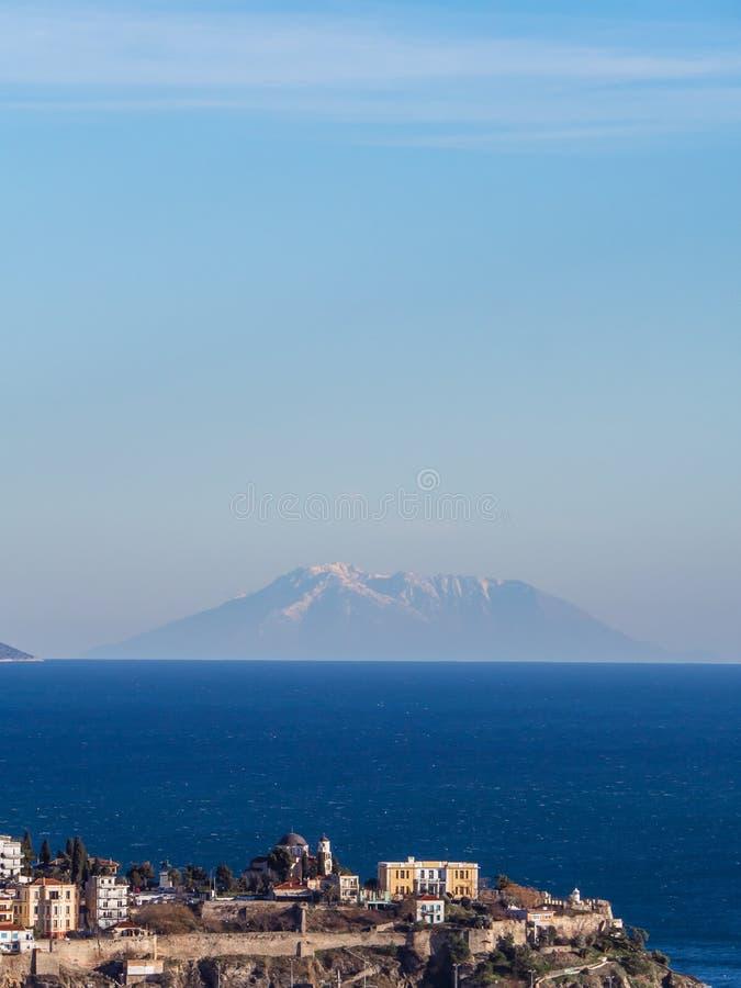 Alte Stadt von Kavala-Stadt und von kleinen Insel im Hintergrund lizenzfreie stockbilder