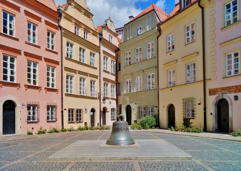 Alte Stadt Warschau - alte gebrochene Glocke von der Kathedrale jetzt in einem Marktplatz stockbilder