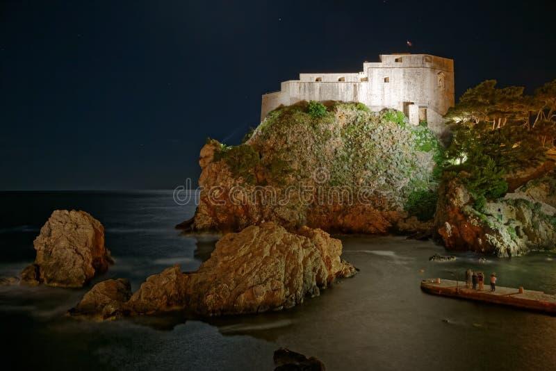 Alte Stadtlange Belichtung Dubrovniks - Festung Lovrijenac nachts stockbilder