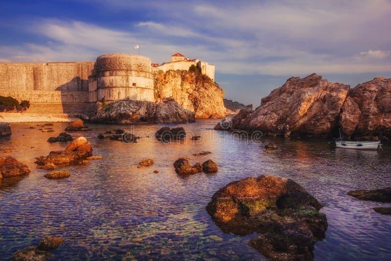 Alte Stadtmauern Dubrovniks bei Sonnenuntergang stockbild