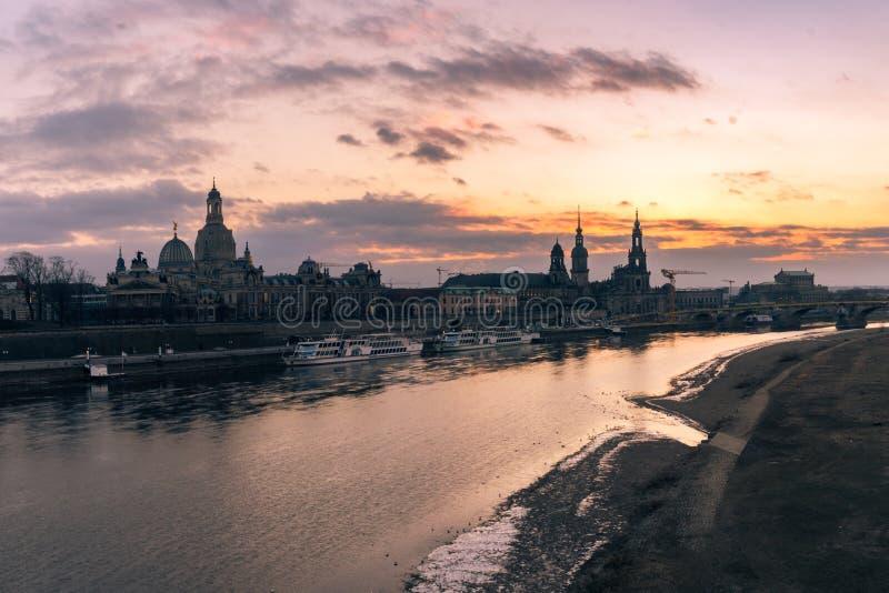 Alte Stadtskyline Dresdens, Deutschland auf der Elbe bei Sonnenuntergang im Winter Panorama lizenzfreie stockfotografie