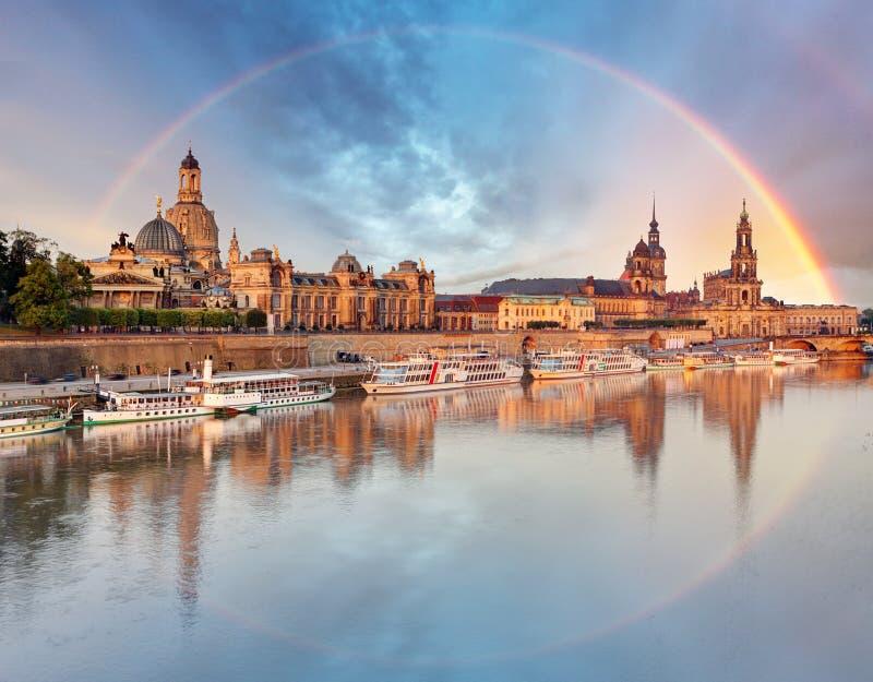 Alte Stadtskyline Dresdens, Deutschland mit Regenbogen lizenzfreies stockbild