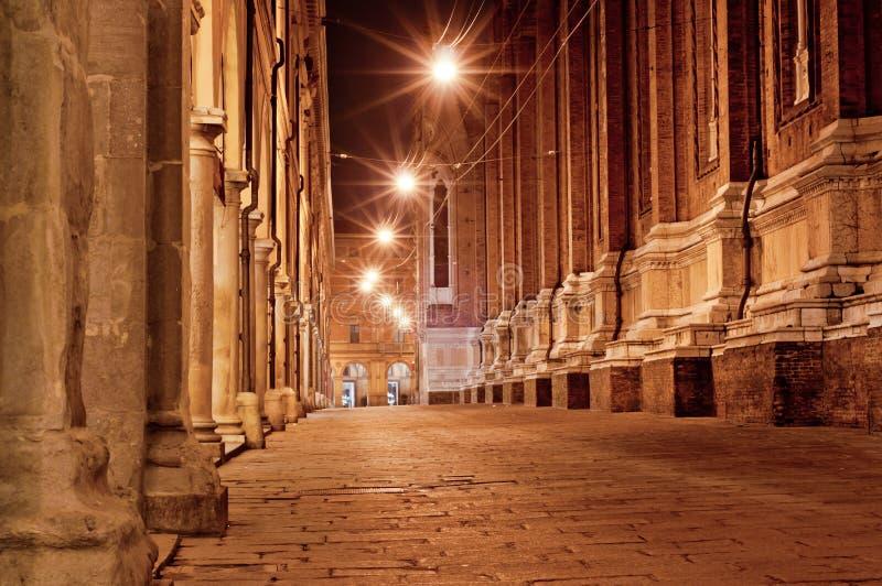 Alte Stadtstraße nachts in Italien stockfoto