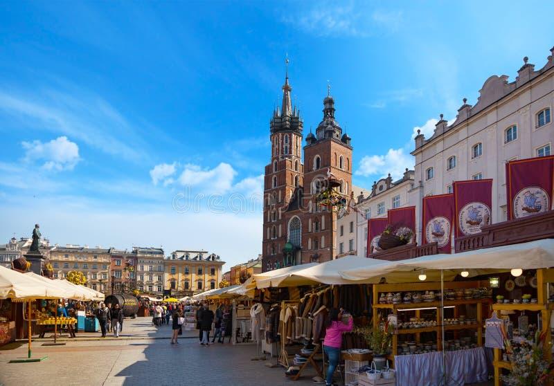 Alte Stadtzentrumansicht mit Adam Mickiewicz-Monument und St Mary Basilika in Krakau lizenzfreies stockbild