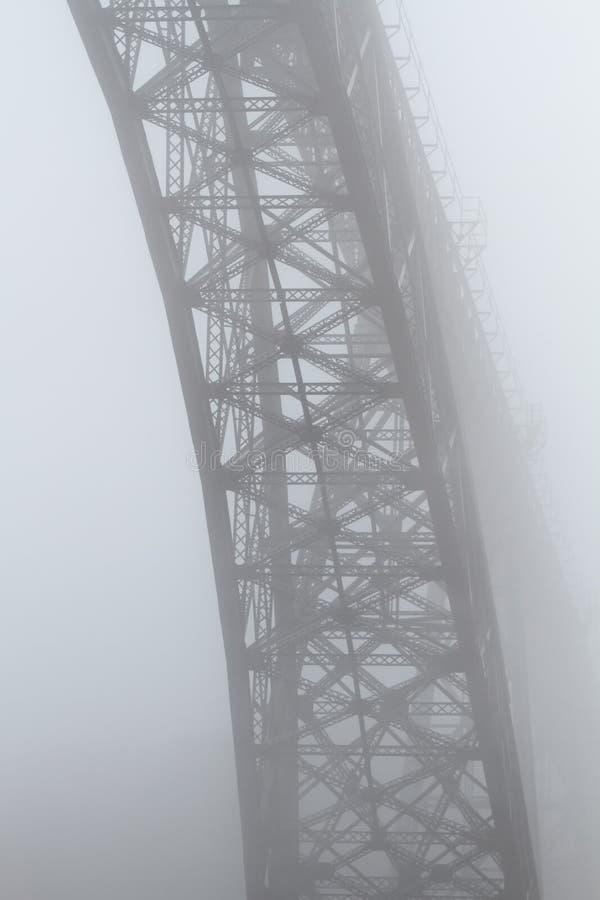 Alte Stahlbrücke im Nebel lizenzfreie stockfotografie
