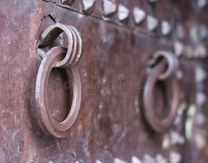 Download Alte Stahltür stockfoto. Bild von architektur, doorknocker - 27725928