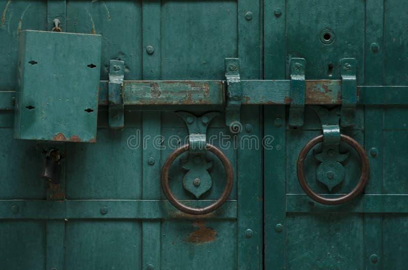 Alte Stahltür mit Verschluss stockbild