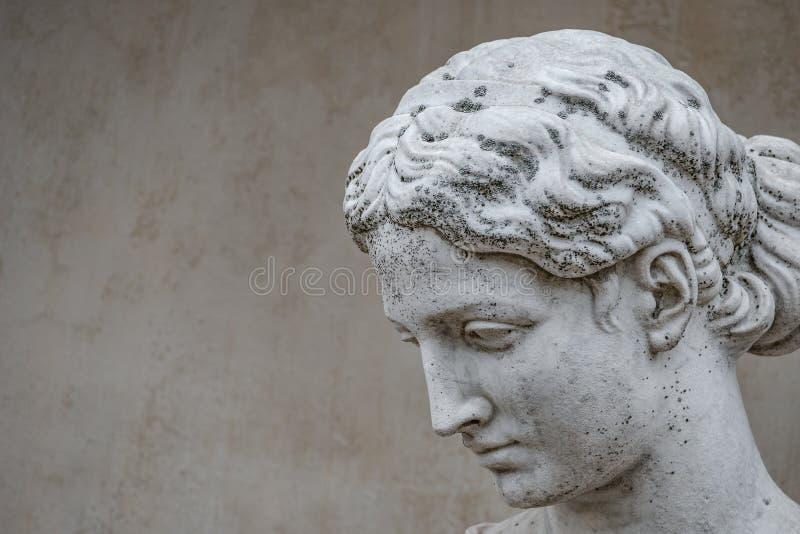 Alte Statue der sinnlichen griechischen Renaissanceärafrau mit einem flo stockfoto