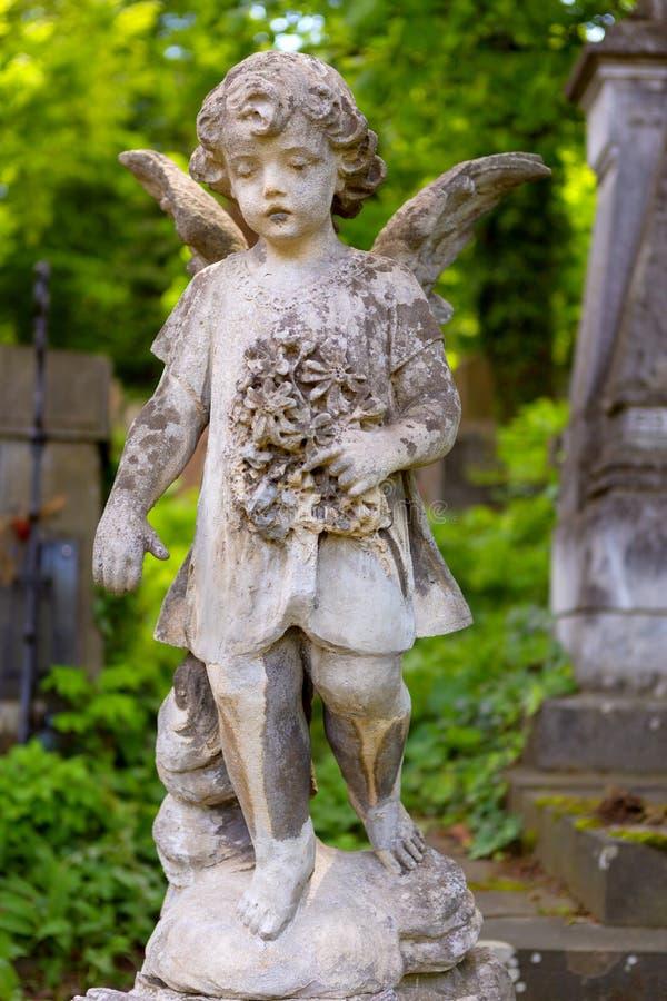 Alte Statue des Babyengels stockbild