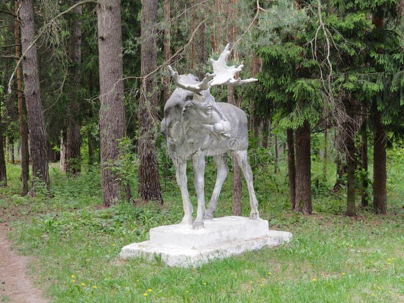 Alte Statue eines Elchs mit den Geweihen im Wald stockfotos