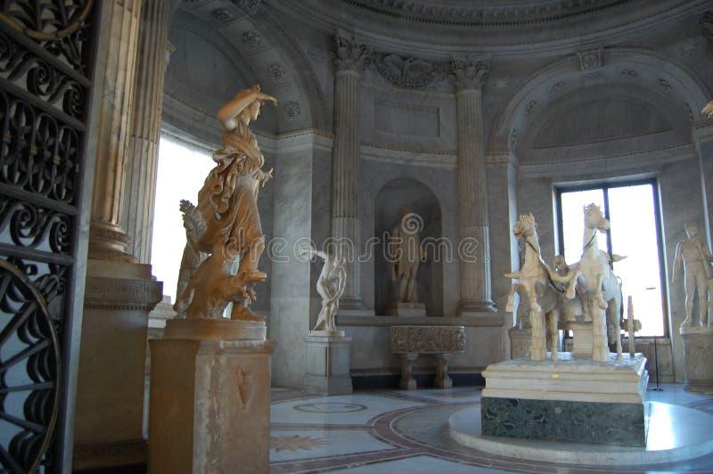 Alte Statuen in einer der Hallen Vatikans Die gesparte Geschichte in der Kunst lizenzfreie stockbilder