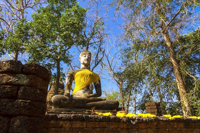 Alte Statur Buddha Wat Khao Phanom Phloengs lizenzfreie stockbilder
