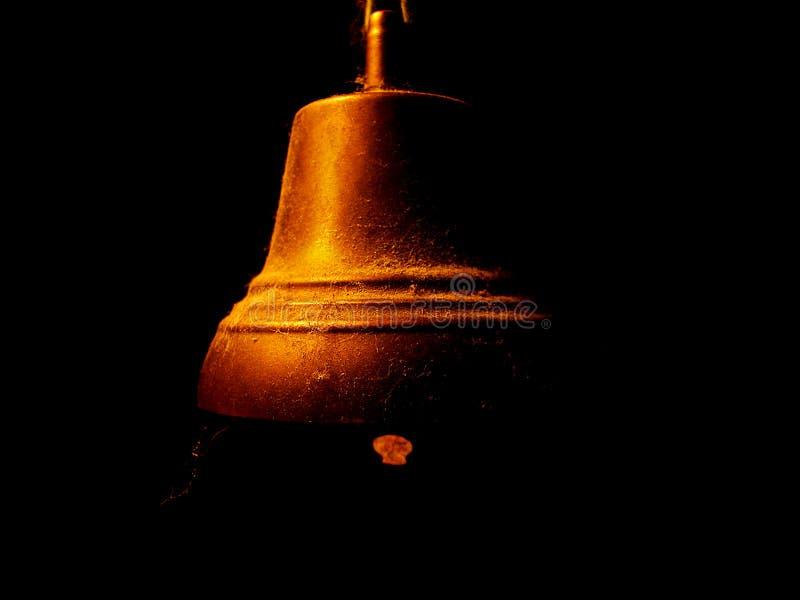 Alte staubige Glocke auf schwarzem Hintergrund lizenzfreie stockbilder