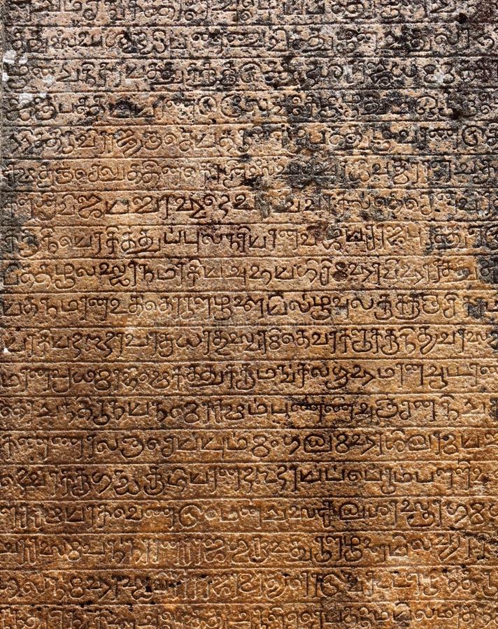 Alte Steinbeschreibungen in der Singalese Sprache stockfotos