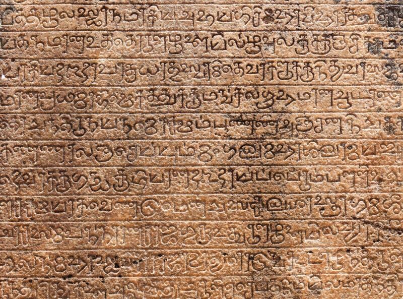 Alte Steinbeschreibungen in Singalese Sprache t lizenzfreie stockfotos