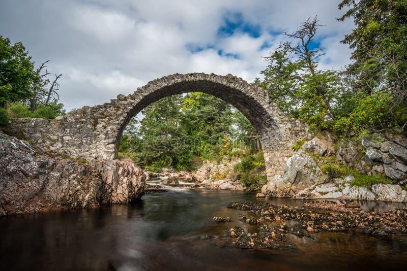 Alte Steinbrücke im Dorf der Patrone, Schottland lizenzfreie stockbilder